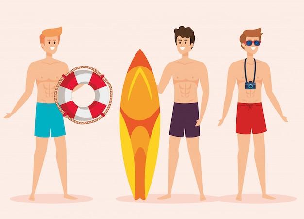Satz männer, die badeshorts mit floss und surfbrett mit kamera tragen