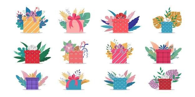 Satz niedliche geschenkboxen mit bändern und schleifen. eingewickelt mit buntem geschenkpapier. geburtstags- oder weihnachtsgeschenke. illustration
