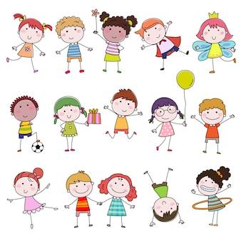 Satz niedliche glückliche cartoon-gekritzelkinder. handgezeichnete kinder