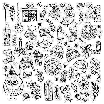 Satz niedliche handgezeichnete weihnachts-, neujahrs- und winterelemente lokalisiert auf weißem hintergrund. gekritzelvektorsammlung.