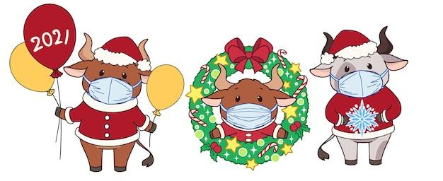 Satz niedliche karikaturkühe, die medizinische maske und weihnachtskostüm tragen.