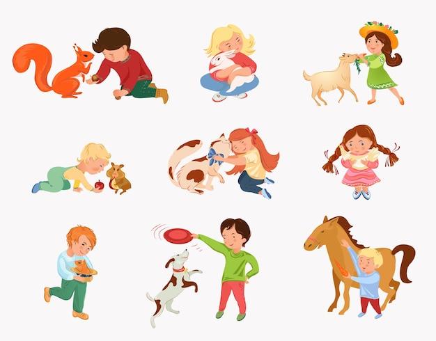 Satz niedliche kinder spielen mit verschiedenen heim- oder wildtieren