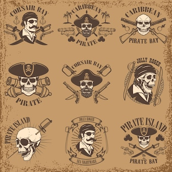 Satz piratenembleme auf grunge-hintergrund. corsair schädel, waffe, schwerter, waffen. elemente für logo, etikett, emblem, zeichen, poster, t-shirt. illustration