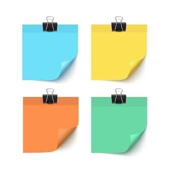 Satz post-it-notizen lokalisiert auf realistischer illustration des weißen hintergrunds. bunte post-it-papierstücke mit büroklammern. papiererinnerungen mit lockenecken
