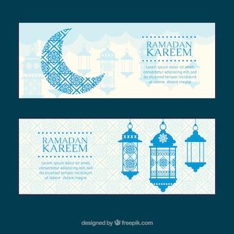 Satz ramadan-fahnen mit mond und lampen