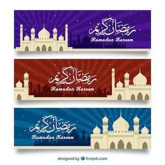 Satz ramadan-fahnen mit moscheen in der flachen art