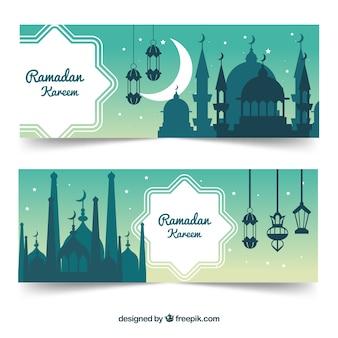 Satz ramadan-fahnen mit moscheenschattenbildern in der flachen art