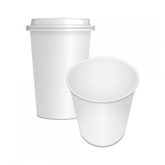 Satz realistische papierkaffeetasse mit weißer kappe und geöffnet. vorlage