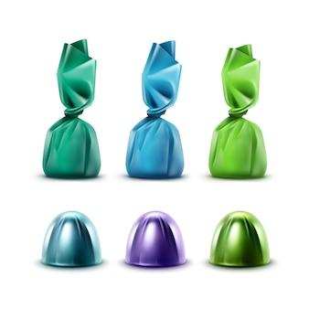 Satz realistische pralinen in farbiger lila grüner blauer glänzender folienverpackung nahaufnahme lokalisiert auf weißem hintergrund