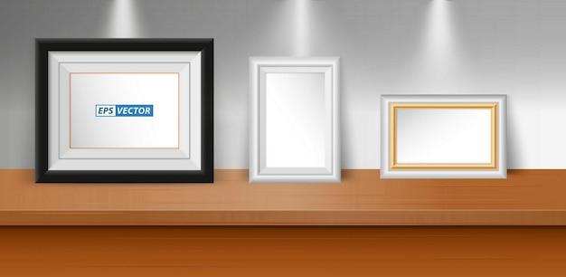 Satz realistischer leerer bilderrahmen auf tisch oder leerer bilderrahmen mit downlight- oder mock-up-rahmen