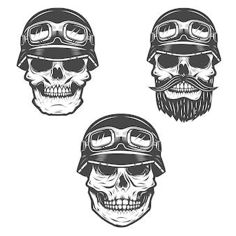 Satz rennfahrerschädel auf weißem hintergrund. elemente für, etikett, emblem, poster, t-shirt. illustration.