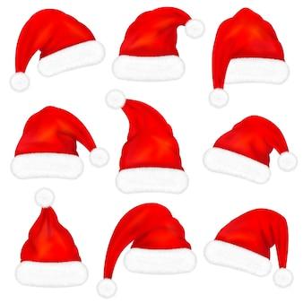 Satz rote weihnachtsmannhüte mit fell auf weißem hintergrund. illustration