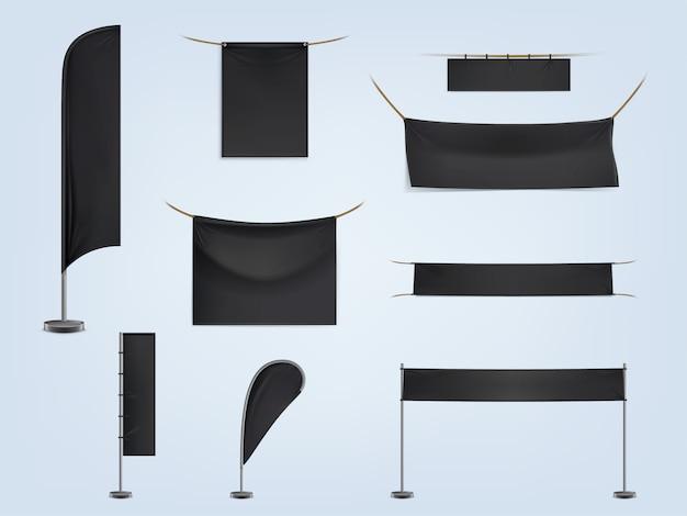 Satz schwarze leere textilfahnen oder flaggen, ausgedehnt und hängend