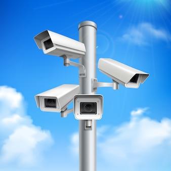Satz sicherheitskameras auf realistischer zusammensetzung der säule auf blauem himmel mit wolken