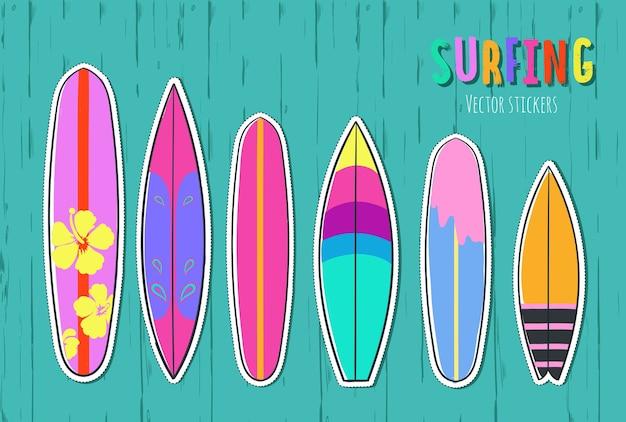 Satz surfbretter isoliert auf türkisfarbenem holz