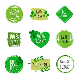Satz vegane logos, abzeichen, zeichen. handgezeichnete bio, gesundes essen abzeichen. veganes logo.