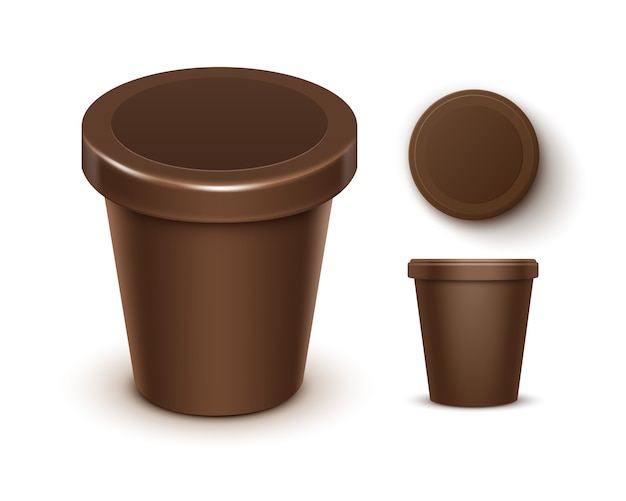 Satz von brown blank food plastikwanne eimer behälter für schokoladendessert, joghurt, eis mit etikett für verpackungsdesign nahaufnahme oben seitenansicht isoliert auf weißem hintergrund
