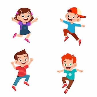 Satz von glücklichen niedlichen jungen und mädchen springen und lächeln