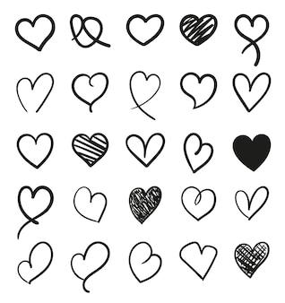 Satz von hand gezeichneten herzdesignelementen des skizzengekritzels