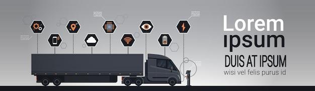 Satz von infographic-elementen mit dem modernen halb lkw-anhänger, der an der elektrischen ladegerät-stations-schablone auflädt