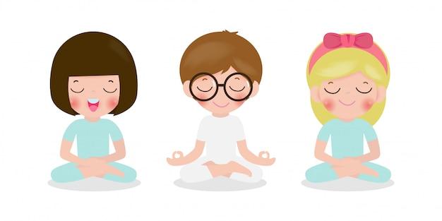 Satz von kindern, die in lotushaltung meditieren. nette karikaturkinder yoga und meditationsillustration im flachen stil lokalisiert auf weißem hintergrund