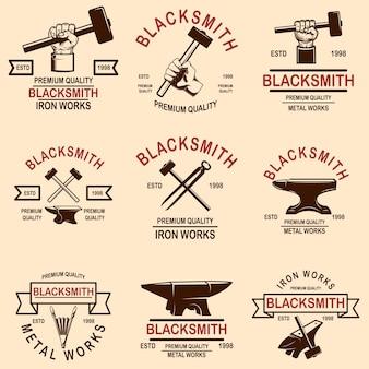 Satz von schmiede- und eisenwerkemblemen. gestaltungselement für logo, etikett, schild, poster, t-shirt.