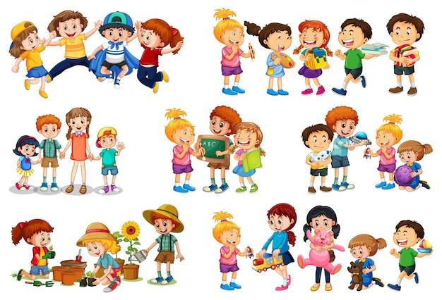 Satz von verschiedenen kindern, die mit ihren spielzeugzeichentrickfilm-figuren lokalisiert auf weißem hintergrund spielen