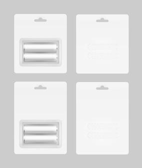 Satz von zwei weißen silbergrauen glänzenden alkalischen aa-batterien in der weißen blisterpackung, die für das branding verpackt wird nahaufnahme lokalisiert auf hintergrund