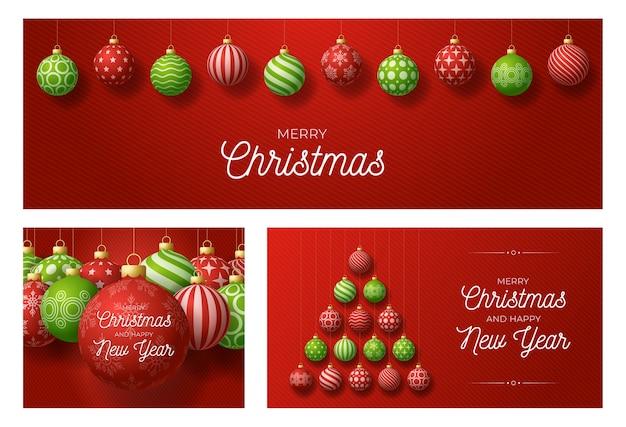 Satz weihnachts- und neujahrsgrußkarten mit baum gemacht durch kugeln. weihnachtskarte mit verzierten roten und grünen realistischen kugeln auf rotem modernem hintergrund. illustration.