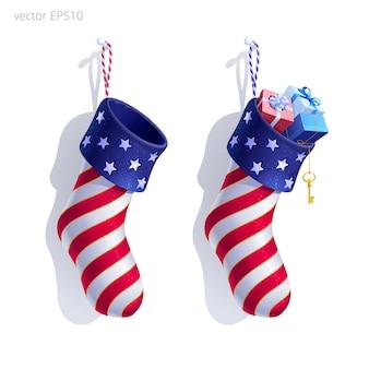 Satz weihnachtsstrümpfe verziert im stil der amerikanischen flagge. 3d realistische objekte. kundenspezifische socken werden nach der diy-methode zugeschnitten. hängende hausgemachte sockenförmige taschen. leere und gefüllte strümpfe.