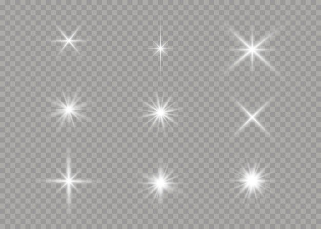 Satz weiß leuchtende sterne mit lichtstoß. blendung, explosion, funkeln, linie, sonneneruption. satz helle sterne auf einem transparenten hintergrund. funkelnde magische staubpartikel. illustration ,.
