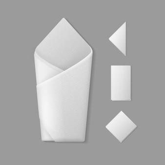 Satz weiße gefaltete umhüllende quadratische rechteckige dreieckige servietten draufsicht auf hintergrund. sitzordnung bei tisch