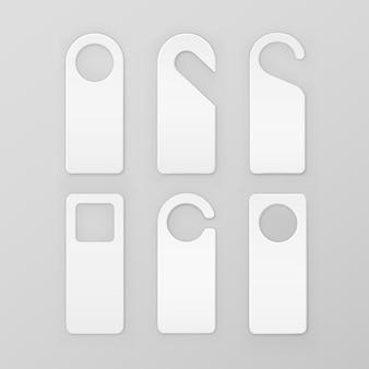 Satz weiße leere papierplastik-türgriff-verriegelungs-aufhänger auf hintergrund
