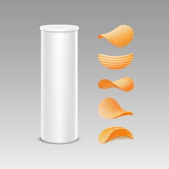 Satz weiße zinn-kasten-behälter-röhre für verpackungs-design mit kartoffel-welligkeit-knusperchips von verschiedenen formen nahaufnahme lokalisiert auf hintergrund