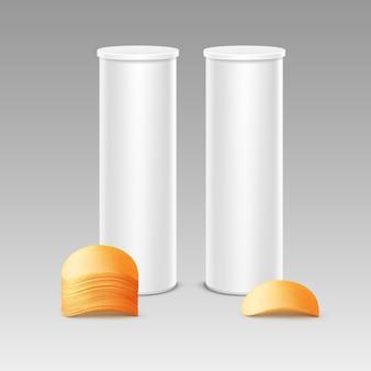 Satz weiße zinn-kasten-behälter-röhre für verpackungs-design mit stapel knuspriger kartoffelchips nahaufnahme isoliert auf hintergrund