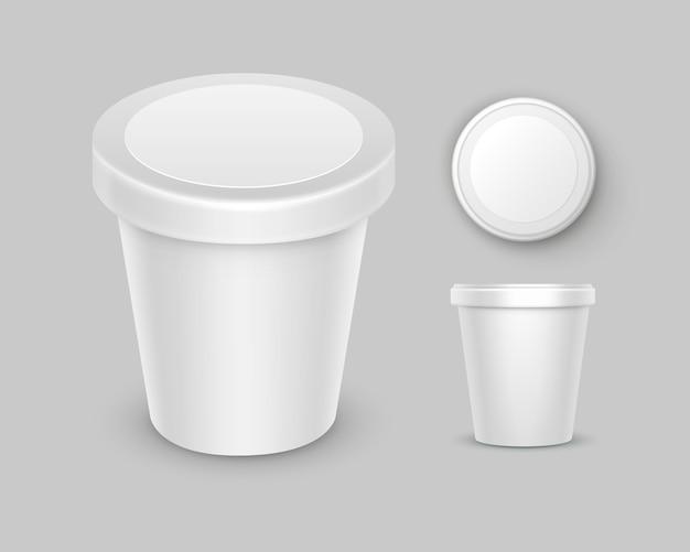 Satz weißer leerer lebensmittel-plastikwannen-eimer-behälter für nachtisch, joghurt, eiscreme, saure sahne mit etikett für verpackungsdesign nahaufnahme oben seitenansicht isoliert auf weißem hintergrund