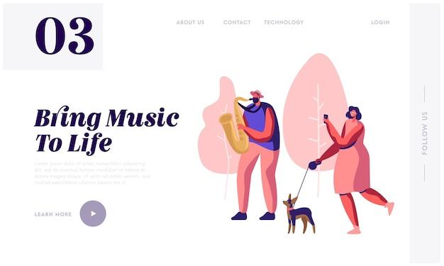 Saxophonist spielt musik im park, frau mit hund beobachtet konzert und fotografiert musikalische darbietung. street outdoor show. website-landingpage, webseite. karikatur-flache vektor-illustration