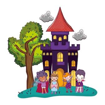 Scary castle mit lustigen kindern kostümiert