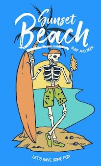 Schädel, der bier und surfbrett hält