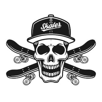 Schädel des skaters in baseballmütze oder hysterese und zwei gekreuzte skateboards vector schwarze illustration einzeln auf weißem hintergrund