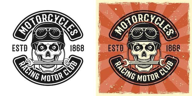 Schädel eines bikers im helm mit schraubenschlüssel in den zähnen, vektoremblem, abzeichen, etikett, logo oder t-shirt-druck in zweifarbigem monochrom und vintage-farbe