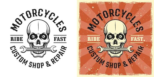 Schädel eines mechanikers mit schraubenschlüssel in den zähnen, vektoremblem, abzeichen, etikett, logo oder t-shirt-druck in zweifarbigem monochrom und vintage-farbe