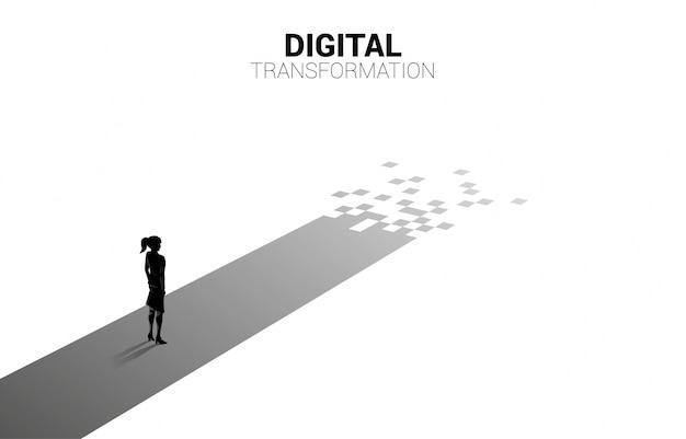 Schattenbild der geschäftsfrau, die auf dem weg mit pixel steht.