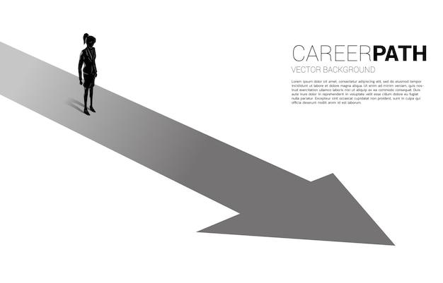Schattenbild der geschäftsfrau, die auf vorwärtspfeil steht. konzept des karriereweges und start des geschäfts