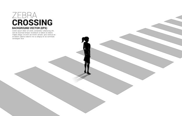 Schattenbild der geschäftsfrau, die auf zebrastreifen steht. banner der sicheren zone und geschäftsfahrplan.