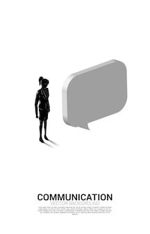 Schattenbild der geschäftsfrau, die mit blasenrede steht. konzept der chat-bot-engine und kommunikation.