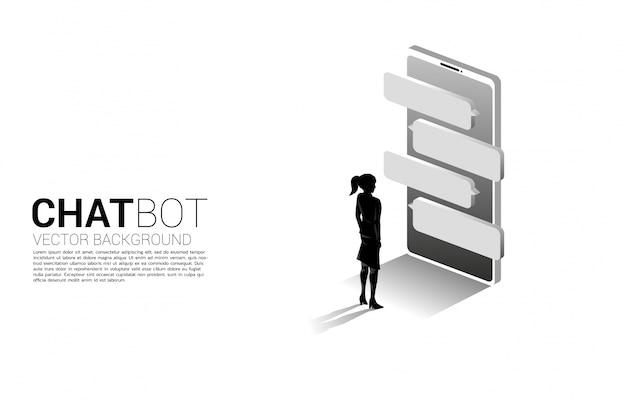 Schattenbild der geschäftsfrau, die mit blasensprache auf handy steht. konzept der chat-bot-engine und kommunikation.