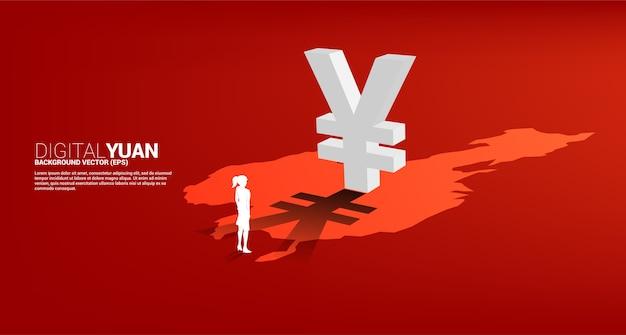 Schattenbild der geschäftsfrau, die mit geld-yuan-währungsikone 3d mit schatten auf porzellankarte steht. konzept für digitale yuan finanz- und bankgeschäfte.
