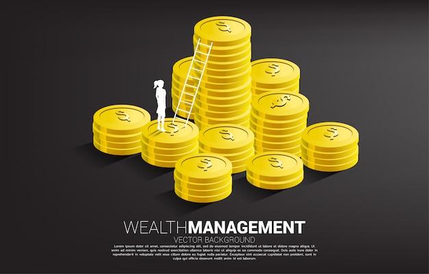 Schattenbild der geschäftsfrau, die mit stapel der münze und der leiter steht. konzept der erfolgsinvestition und des geschäftswachstums