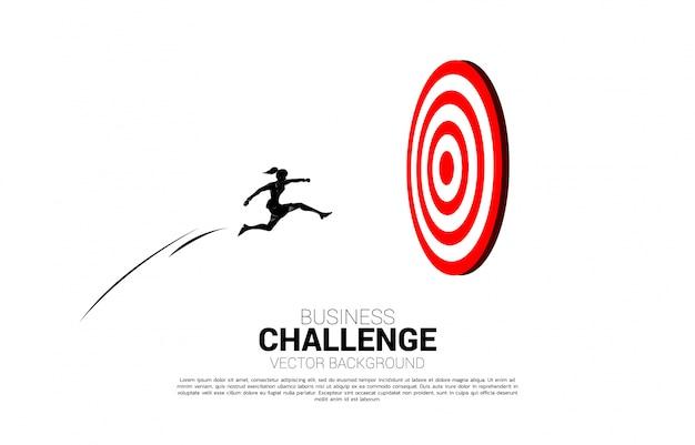 Schattenbild der geschäftsfrau, die springt, um auf klippe zu kennzeichnen. geschäftskonzept von targeting und customer.route zum erfolg.